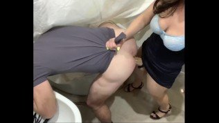 Prostate pegging in the bathroom (Брюнетка управляет большим страпоном)